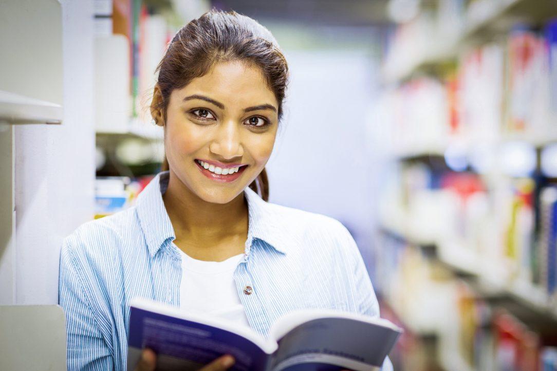Mulher jovem lendo um livro