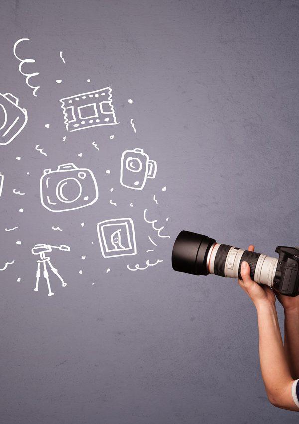 Mulher de perfil posicionada com uma câmera e vários ícones em sua mira, dando referências das possibilidades da fotografia