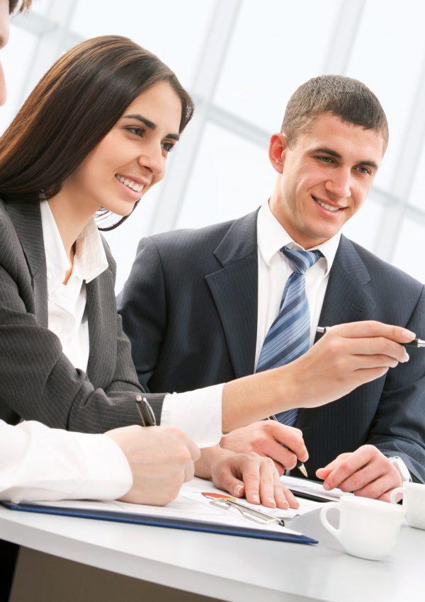 Profissionais de gestão comercial em reunião: um mulher conversa entre dois homens