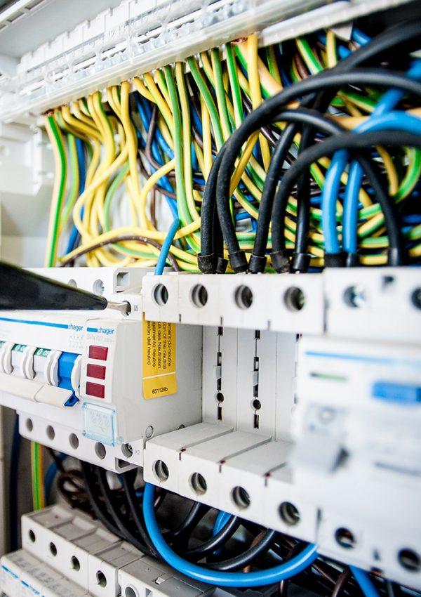 A mão de uma pessoa operando um circuito de eletricidade