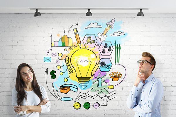 Menina e menino encostados na parede e enxergando o empreendedorismo na universidade