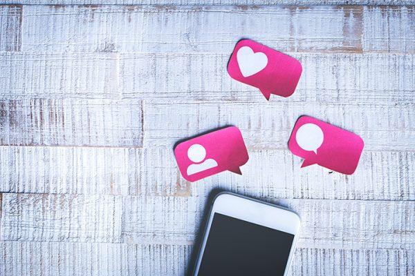 Melhores posts redes sociais - Celular com os ícones das redes sociais curtir, comentar e adicionar