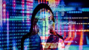 Data Science: mulher ao fundo com muitos dados e informações em primeiro plano