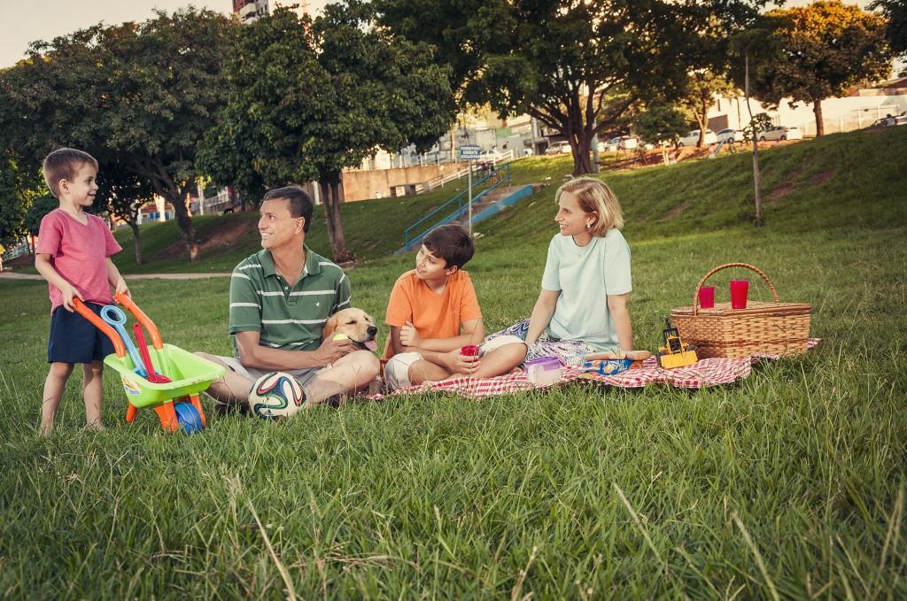 Famílias e amigos aproveitam ampla área verde para momentos de lazer