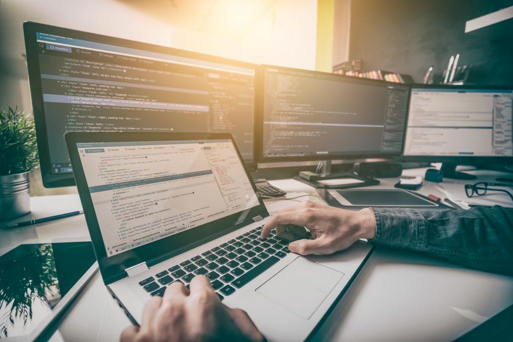 Curso de sistemas de informação está conectada ao universo tecnológico