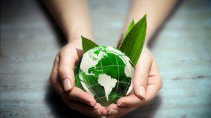 Engenheiro ambiental é importante par a planeta que é segurado com as duas mãos