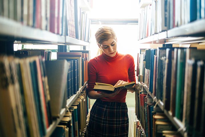 história vê o passado com mulher entre livros
