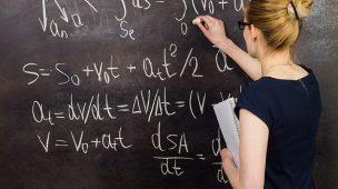 Física precisa de profissionais, na foto mulher na lousa