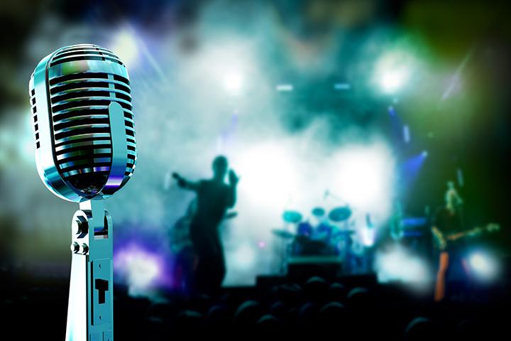 música é mercado atrativo na foto microfone e fundo uma festa