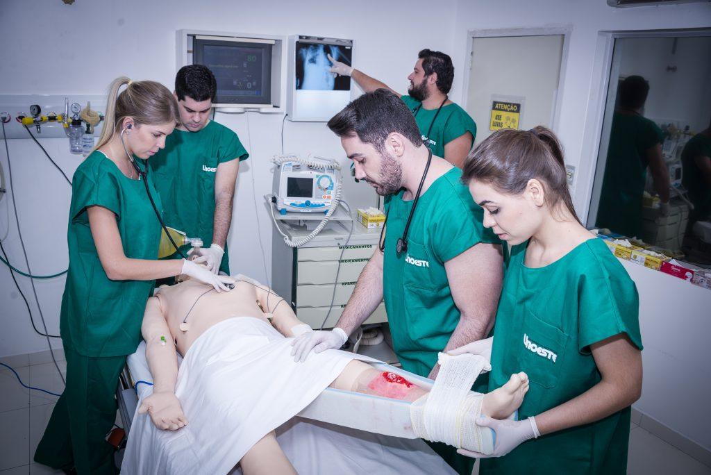 Faculdade de Medicina - Em uma simulação, alunos realizam procedimentos de atendimento a um paciente vítima de acidente