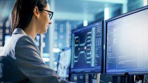 Engenharia da complexidade com mulher em frente ao computador