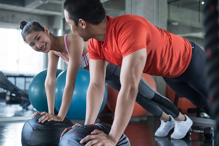Mulher e homem fazendo atividade física
