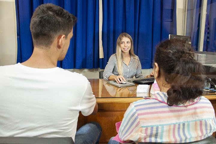 Estrutura do direto com o escritório piloto uma mulher sentada em frente a duas pessoas um homem e outra mulher