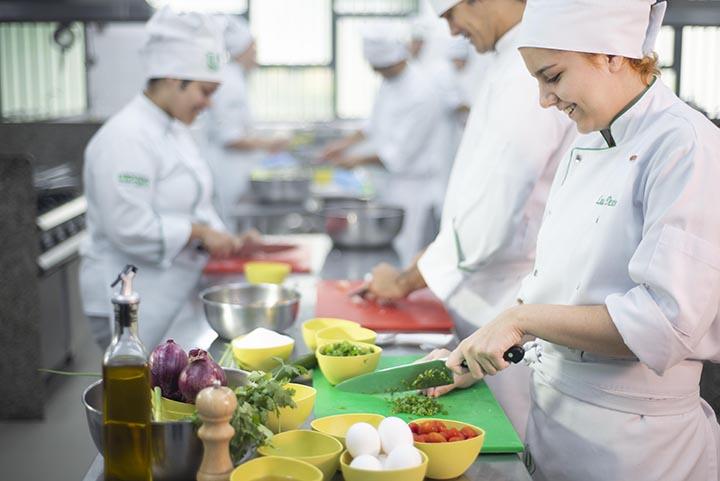 Gastronomia é padrão dos grandes centros e os alunos cozinham no laboratório