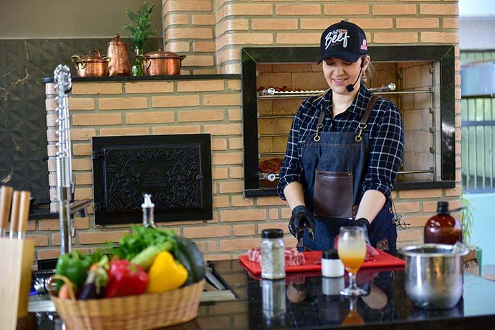 Chef de cozinha ensina a fazer churrasco em laboratório de gastronomia