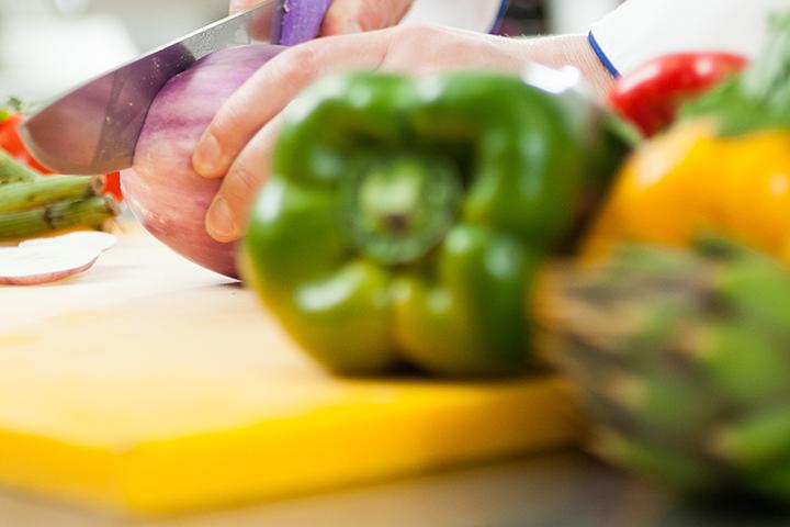 Gastronomia tem chef cortando legumes
