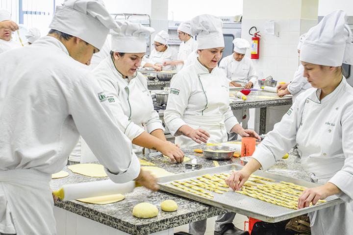 Alunos fazem biscoitos em aula de Gastronomia