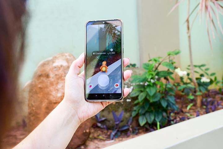 Realidade aumentada está no Pokémon Go jogado por uma jovem no celular
