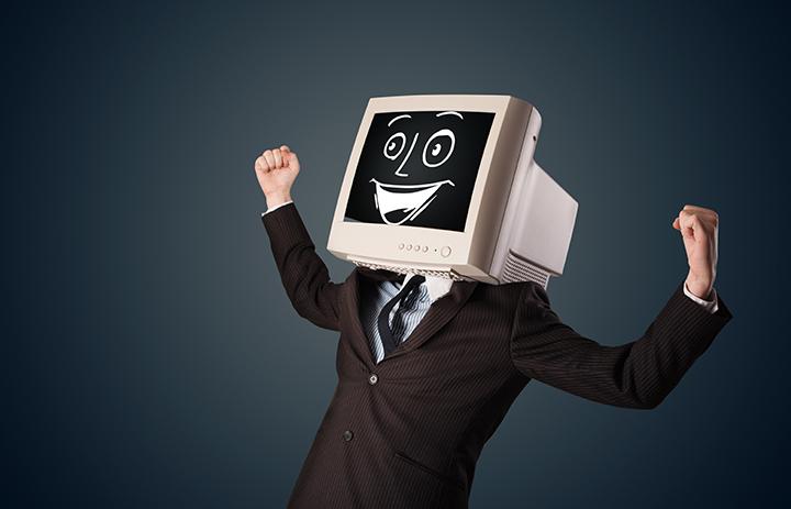 Empregos em alta: homem vestido com terno e com um computador com carinha feliz na cabeça