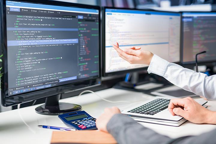 Faculdade de Informática com profissionais no mercado mexendo no computador