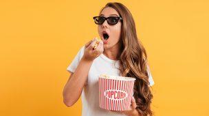 Filmes engenharia: menina com óculos 3D e com pote de pipoca nas mãos