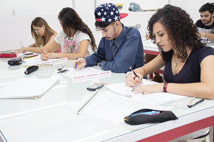 Estrutura top das engenharias na Maquetaria e alunos na bancada