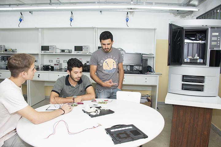 Estrutura top no laboratório de eletroeletrônica com alunos estudando