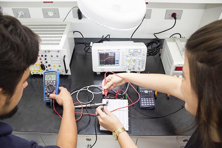 Engenharia mecânica com alunos no laboratório prático