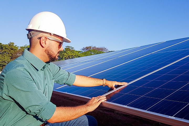 Estrutura top da Unoeste com engenheiro olhando placas solares