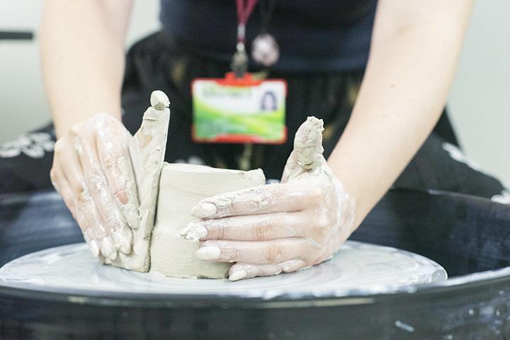 Ser professor: mãos durante a moldagem de um vaso de cerâmica