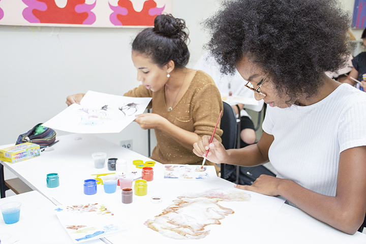 Ser professor de artes: duas estudantes pintam durante a aula