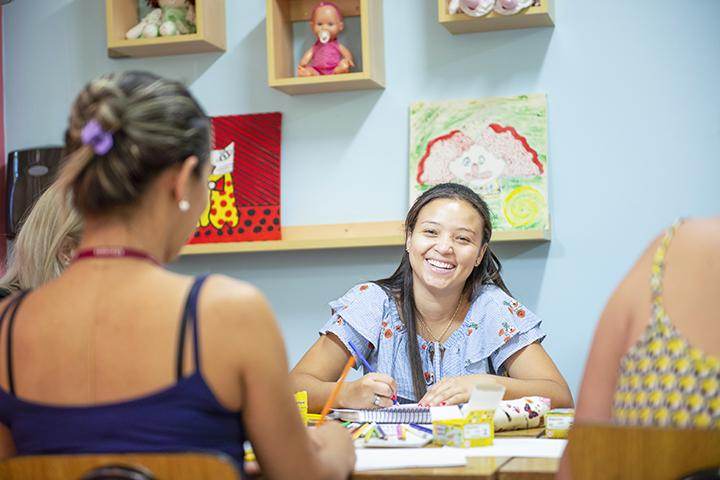 Ser professor: três estudantes aprendem na brinquedoteca