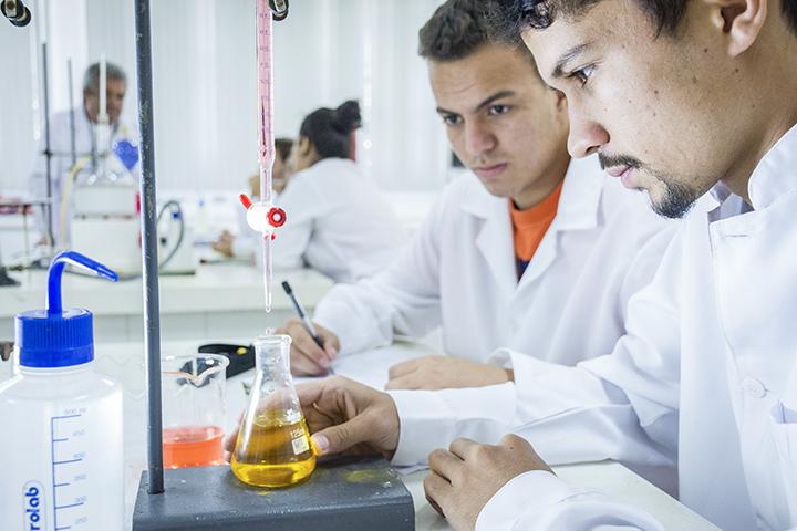 Ser professor: estudantes no laboratório em atividade prática no laboratório de química