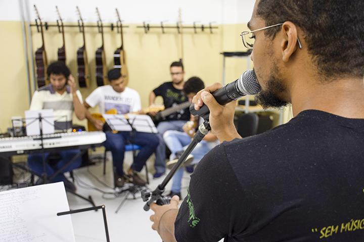 Ser professor: alunos cantam e tocam instrumentos durante aula prática