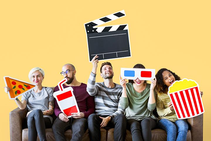 Filmes inspiram professores de várias idades; sentados no sofá esperando a sessão começar