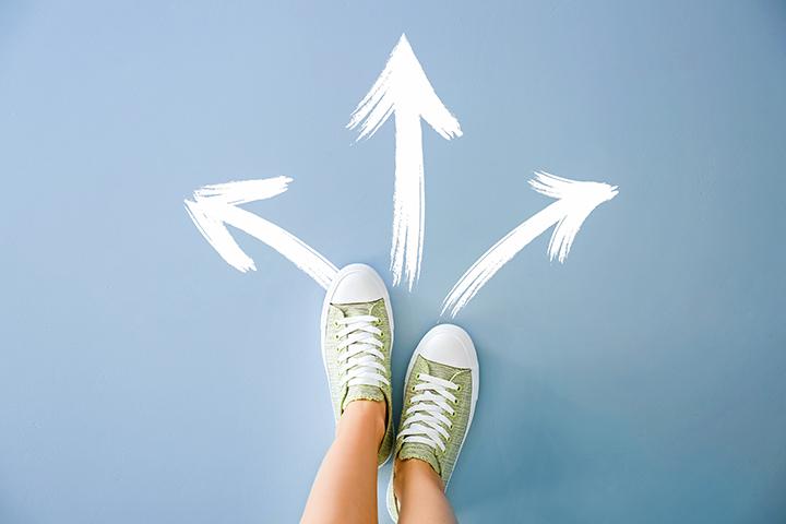 Onde estudar: pés de tênis verde com três opções de caminho