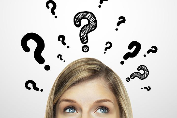 Imagem de meio rosto de uma moça loira dos olhos azuis com olhar pensativo e vários pontos de interrogação em torno de sua cabeça